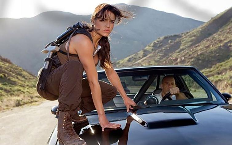 Michelle Rodríguez como Letty Ortiz lista para saltar desde el capot de Toretto.