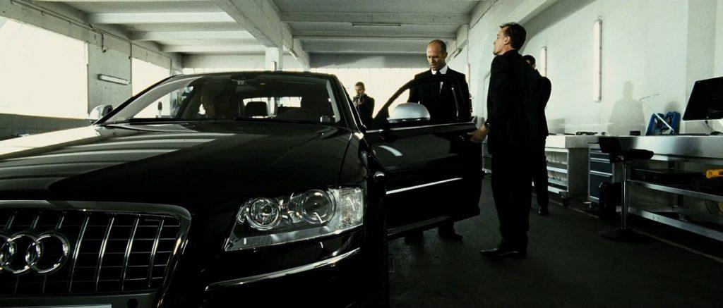 """El fiel compañero de """"El Transportador"""": su auto (BMW o Audi) que combina con los colores de su traje."""