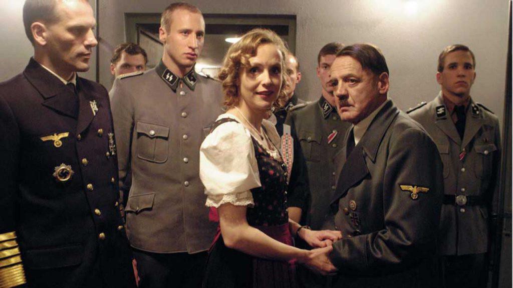 """Adolf Hitler y sus seguidores se atrincheran en un búnker durante las últimas semanas de la Batalla de Berlín en """"La caída""""."""