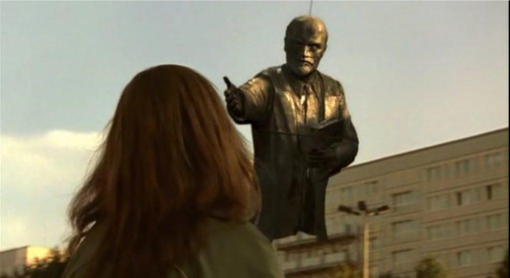 """En """"Good Bye Lenin"""" la madre de Alex descubre la caída del comunismo en Berlín."""
