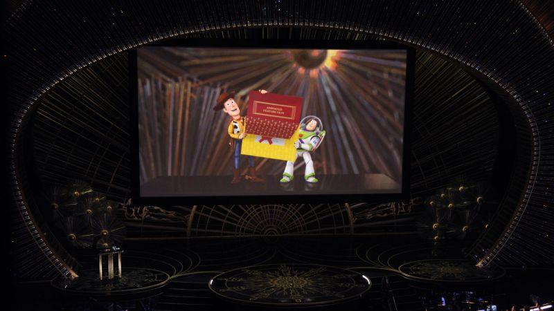 """Los personajes de """"Toy Story"""" anunciaron el premio a """"Intensa Mente"""" como mejor película animada durante la última ceremonia de los Premios Oscar."""