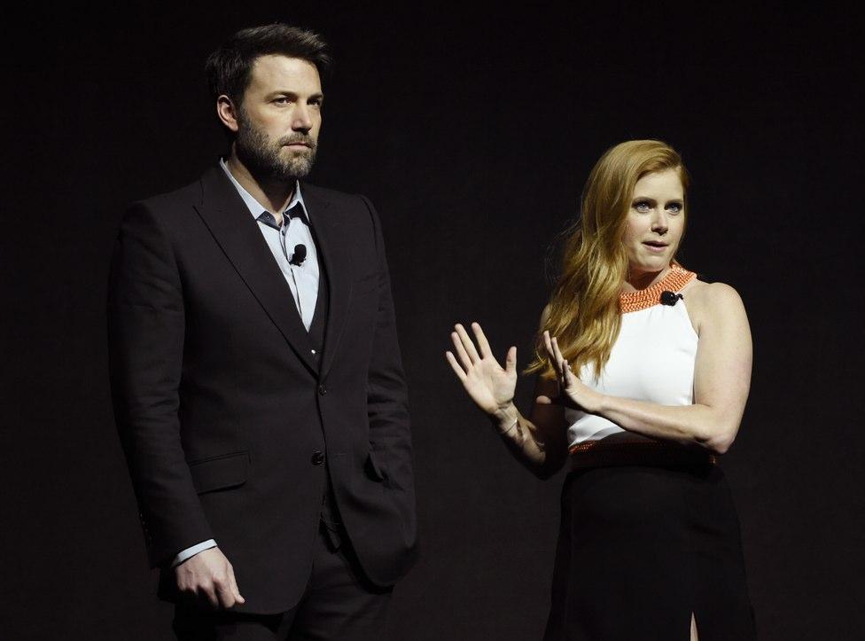 """Ben Afleck y Amy Adams presentan """"Batman""""."""