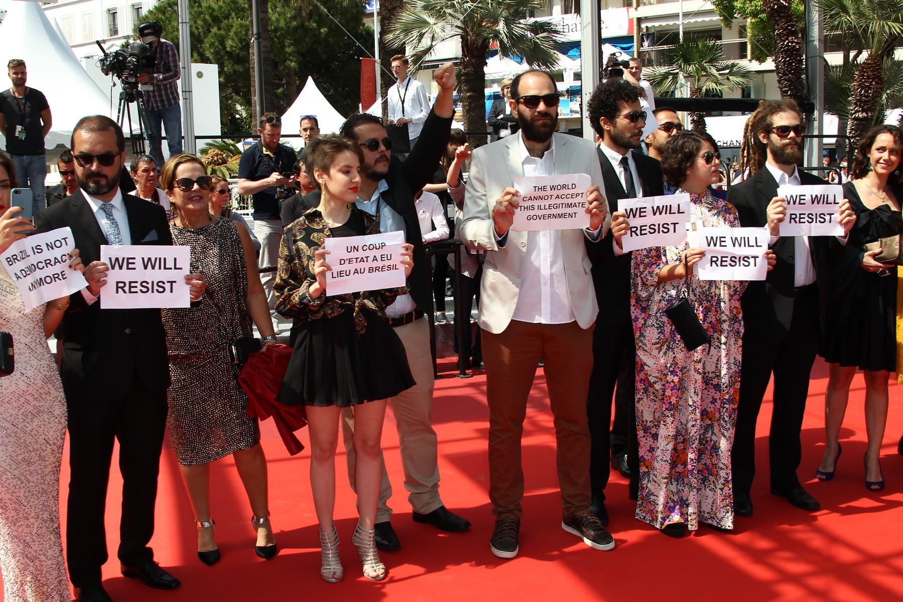 """El elenco de la brasileña """"Aquarius"""" presentó la película con pancartas políticas."""