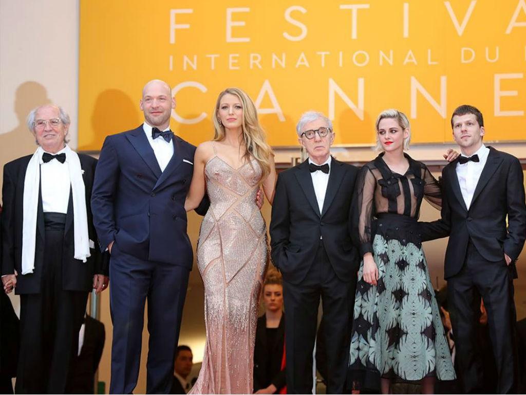 "Kristen Stewart, Jesse Eisenberg, Blake Lively y parte del elenco de ""Café Society"" junto al director Woody Allen."