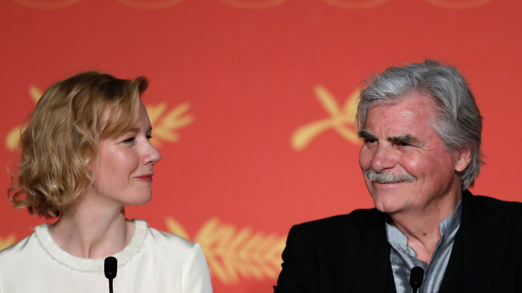 """La directora Maren Ade presenta """"Toni Erdmann"""" junto al actor Peter Simonischek en Cannes."""