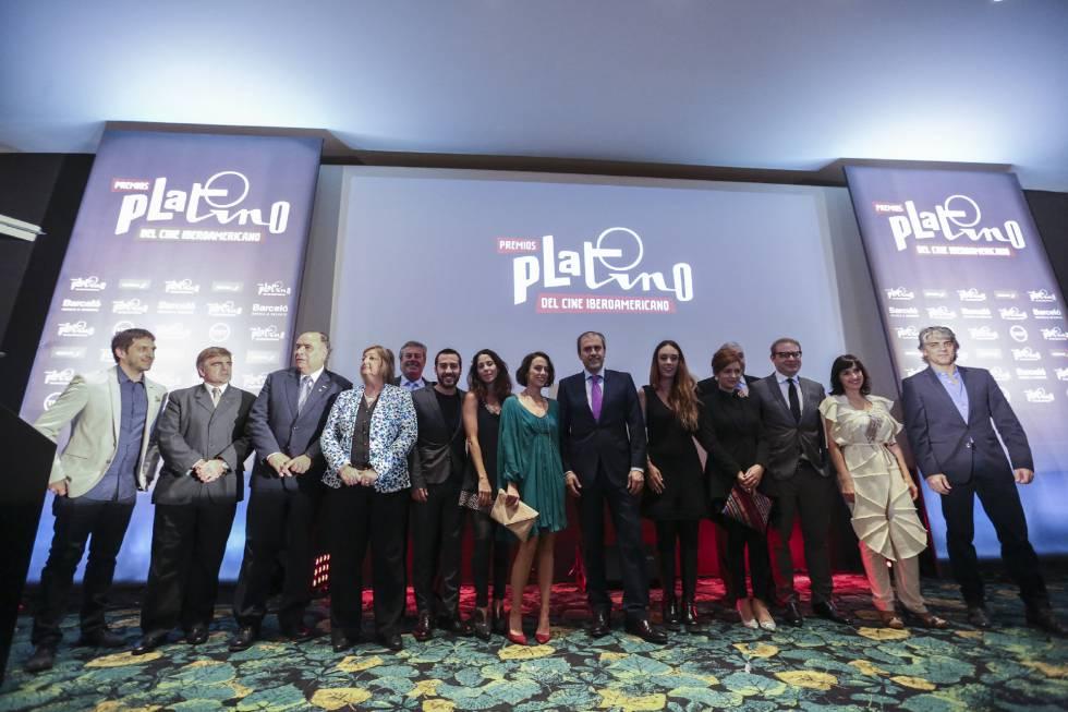 Actores y actrices argentinos junto a la organización del Premio en Buenos Aires.