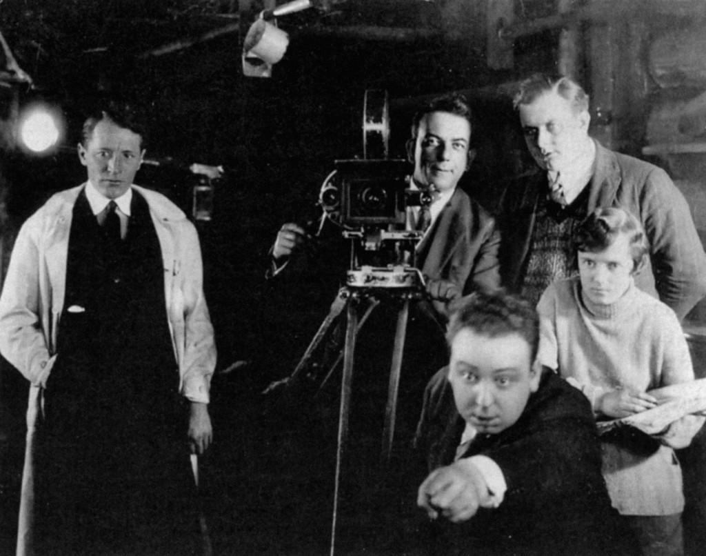 """Hitchcock, Alma Reville y su equipo durante la filmación de """"El jardín de la alegría""""."""