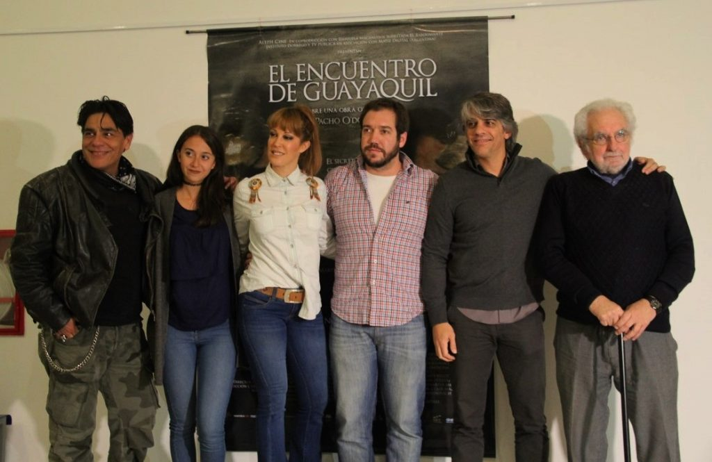 El director, el historiador y gran parte del elenco durante la presentación de la película.