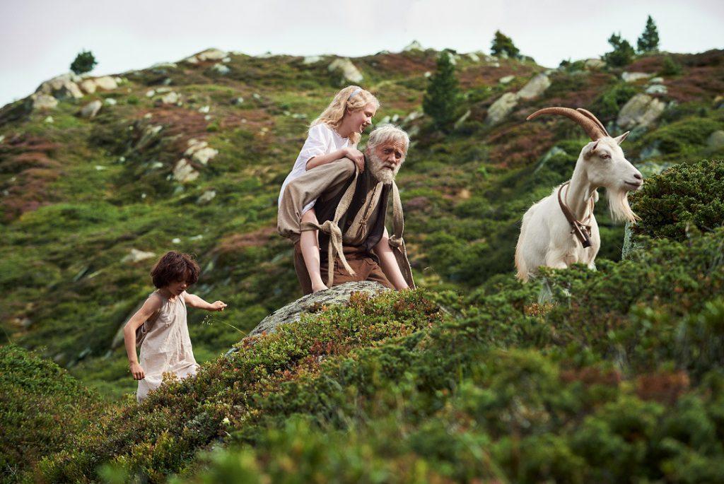 Heidi, Clara y el abuelo en la montaña.