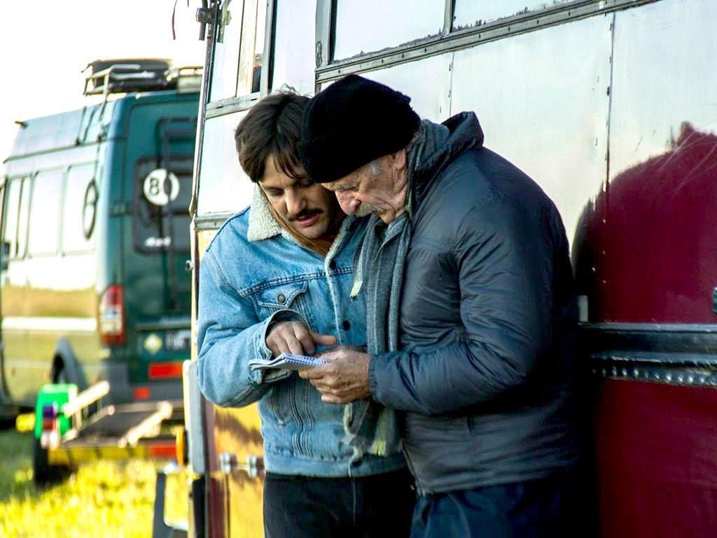 """De la Serna y el actor mendocino Ernesto Suárez en """"Camino a La Paz""""."""